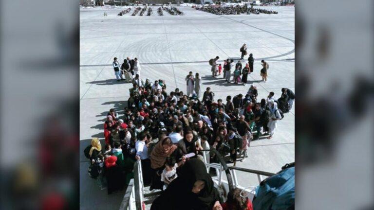 Cristãos deixando o Afeganistão em um avião contratado por ONG cristã (Foto: Glenn Beck / Facebook)